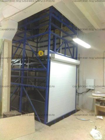 шахтный подъемник, подъемник в металлокаркасной шахте, грузовой подъемник в металлокаркасной шахте внутри здания.